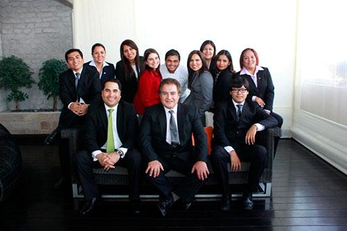 Jefaturas del hotel: Juan Cachi (Jefe de Mantenimiento), Leslie Barbieri (Jefe de Recepción), Helen Mosquera (Revenue Management), Vivian Stone (Gerente de General), José Luis Delgado (Chef F&B), Fiorella Solís (Gerente de Ventas), Silvia Mateo (Jefe de Recursos Humanos), Paola Tello (Gerente de Recursos Humanos), Nélida Vargas (Ama de Llaves), Juan José Eyzaguirre (Room División Manager), Dante Alcandré (Jefe de Seguridad), David Cortez (Sistemas Senior).