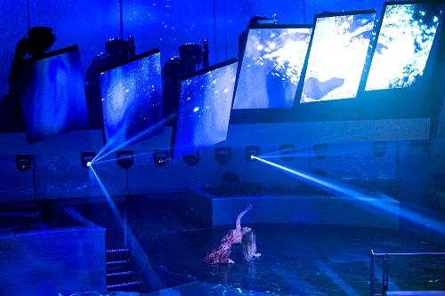 Un show de cabaret para la primera noche con pantallas robóticas. Toda la modernidad en un barco.
